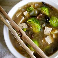 Суп мисо с курицей, пореем, ростками бамбука и лапшой рамен